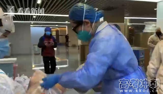 """视频 方舱医院的""""别样""""元宵:义工送来热腾腾的汤圆"""